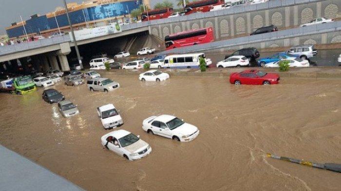 Jangan Sembarangan, Ini Cara yang Benar Mengemudi Mobil Saat Hujan