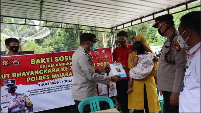 HUT Bhayangkara ke-75, Kapolres Muara Enim Kunjungi Keluarga Awak Media, Bantu Sembako Uang Tunai