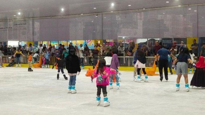 Rasakan Sensasi Bermain Ice Skating di OPI Mall, Pakai Es Asli Bukan Lilin, Ini Tarif dan Waktunya