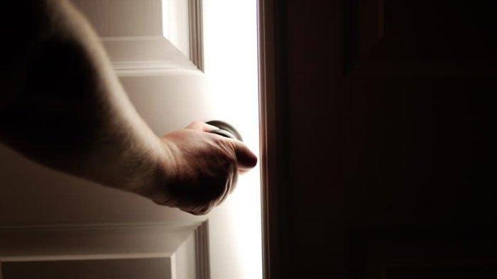 Suami Gedor Pintu Tak Direspon Istri, Saat Ditemukan Sang Suami Menangis Sesenggukan