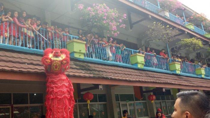 SDK Frater Xaverius 2 Palembang Bagi Angpao untuk Mengedukasi Murid Saling Menghargai