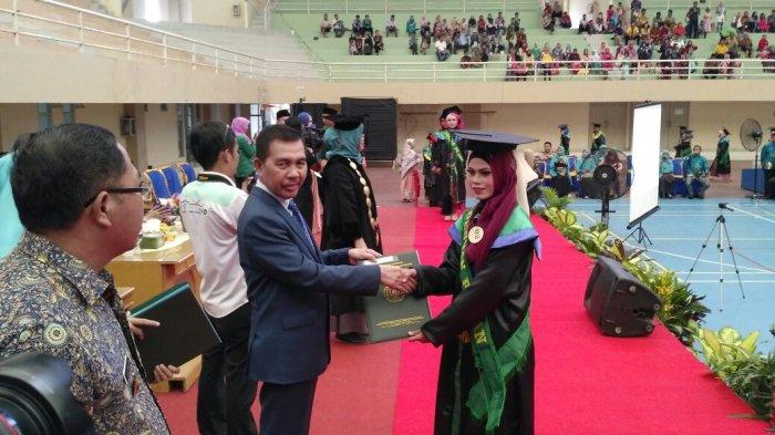 Ishak Mekki Berpesan Begini Hadiri Wisuda Uniski: Alumnus Harus Mampu Mengembangkan Diri