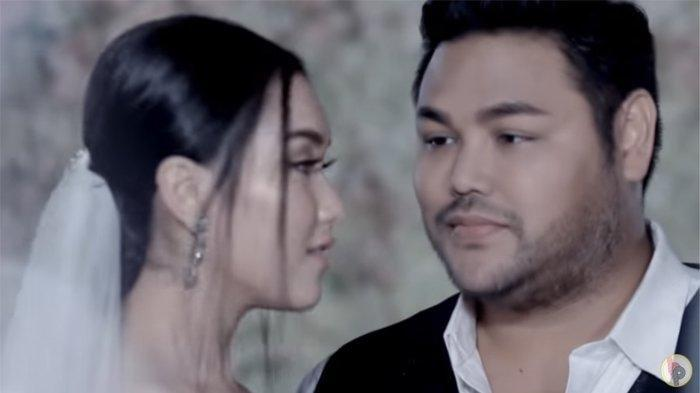 Klaim Ivan Gunawaan Pernah Berciuman Bibir dengan Ayu Ting Ting Bikin Murka : Ih Bencong Halu