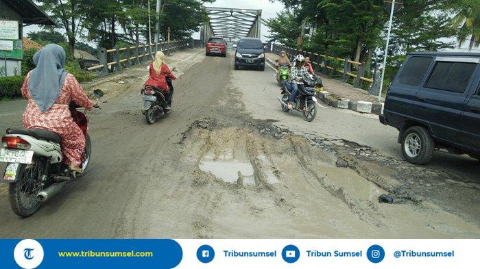 Akibat Kendaraan Bertonase Tinggi, Kerusakan Jalan Dalam Kota Kayuagung Semakin Parah