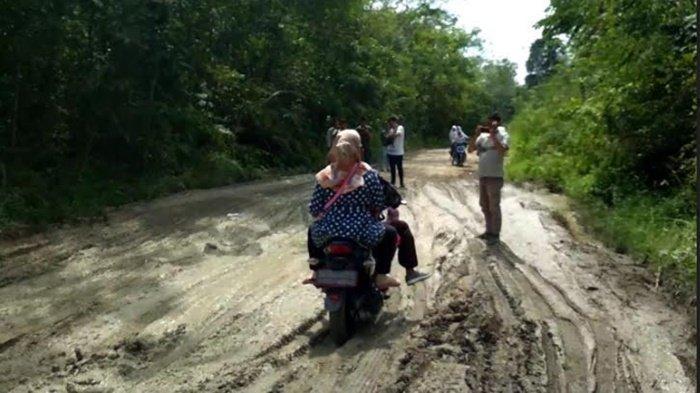 Jalan Poros Rawas Ulu-Nibung Rusak Parah, Siswa Sering Terpeleset, Ini Respon Bupati Devi Suhartoni