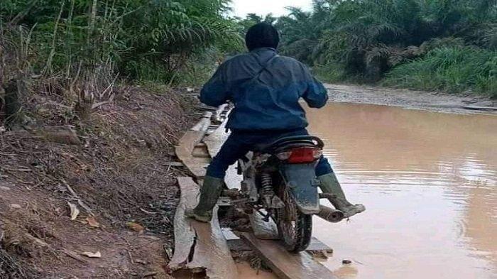 Kondisi Jalan Provinsi di Karang Dapo Muratara, Ada Kubangan Bisa Tenggelamkan Mesin Motor