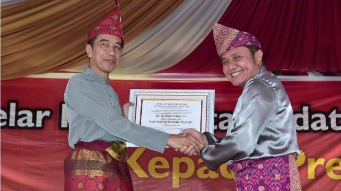 Majelis Tinggi Adat Komering Beri Jokowi Gelar Raja Balaq Mangkunagara dan Iriana Gelar Ratu Indoman