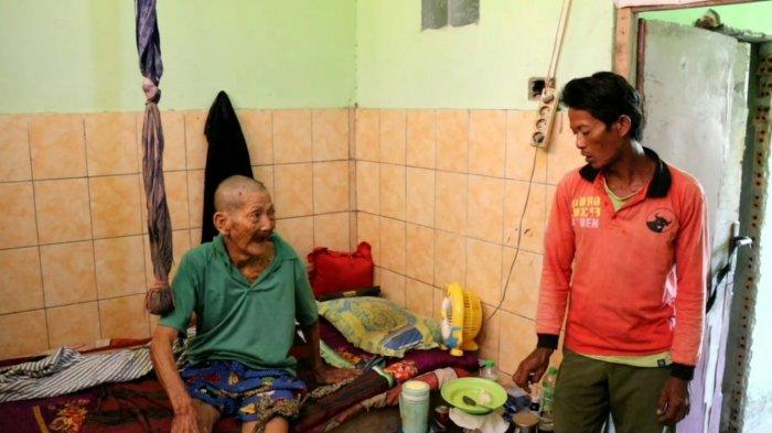 Tinggal di Bekas Toilet Umum, Kehidupan Seorang Kakek Tua Lumpuh di Prabumulih