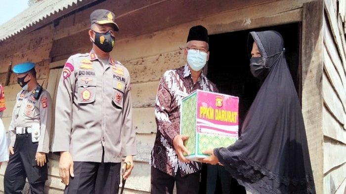 Kapolda Sumsel Berbagi dengan Warga yang Isoman di Sukarami Palembang