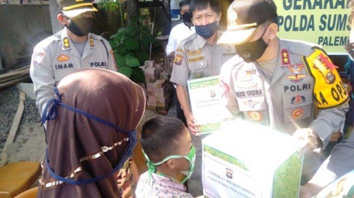 Kapolda Sumsel Irjen Prof Eko Beri Bantuan ke Warga Terdampak Covid-19 di Karang Anyar Gandus