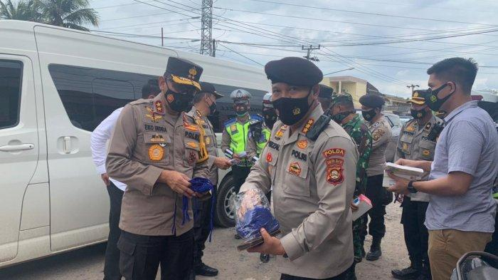 Bagikan Masker di Indralaya, Kapolda Sumsel Ingatkan Warga Virus Corona Masih Ada