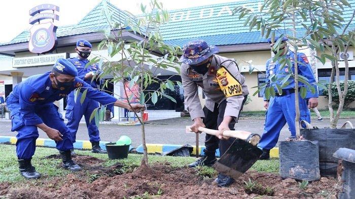 Kapolda Sumsel Bersama Wakapolda Tanam Pohon di Mako Dit Polairud