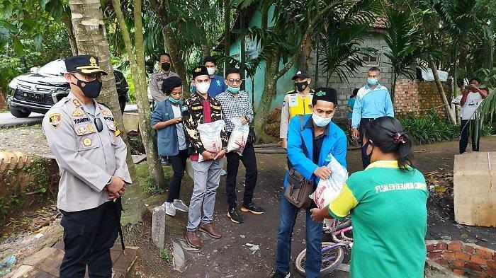 Kapolres OI Bersama GMI Bagikan Bansos kepada Warga Terdampak Covid-19 di Timbangan Indralaya Utara