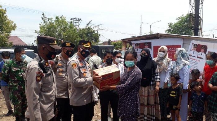 Serahkan Bantuan Sosial, Wakapolres OI Semangati Korban Kebakaran Ibul Besar II di Pemulutan