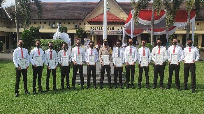 Kapolres Ogan Ilir Beri Penghargaan kepada 13 Personil Polsek Indralaya