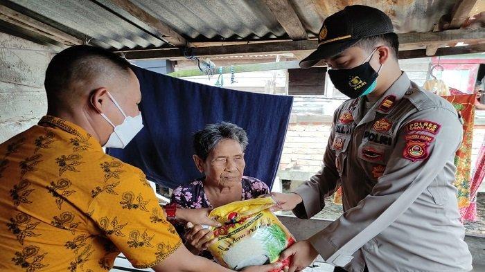 Sambut HUT ke-76 RI, Polsek Pemulutan Bagikan 50 Paket Bansos dari Kapolda Sumsel