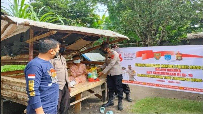 Kasat Lantas Polres OI dan Kapolsek Tanjung Raja Sebar 50 Paket Bansos Warga Terdampak Covid-19