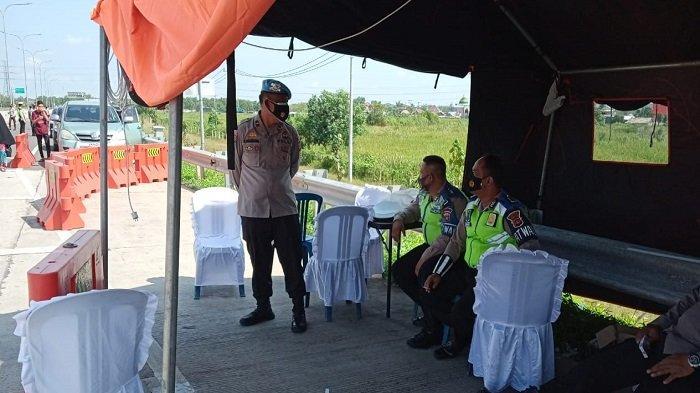 Kasi Propam Polres Ogan Ilir Ingatkan Petugas Pos Penyekatan Tingkatkan Disiplin dan Jaga Kesehatan