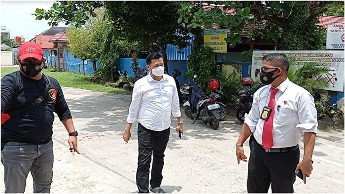 Kasubdit III Jatanras Kompol Christopher Panjaitan saat mendatangi lokasi pembacokan yang terjadi di SD N 23 Jalan Hokky Kelurahan Lorok Pakjo Kecamatan Ilir Barat I Palembang, Senin (20/9/2021).