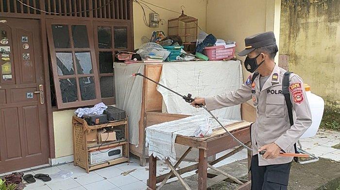 KBO Binmas Polres Ogan Ilir Semprot Disinfektan di Kontrakan Mahasiswa Indralaya