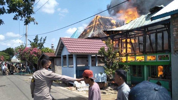 Kebakaran di Desa Pemulutan Ilir Ogan Ilir Kamis Siang, Puluhan Rumah Hangus
