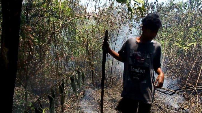 Warga Gotong Royong Padamkan Kebakaran Lahan Kosong Dekat Pemukiman di Jalan HA Bastari
