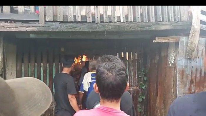 Kebakaran di Kelurahan 11 Ulu Laut, Senin (5/4/2021).