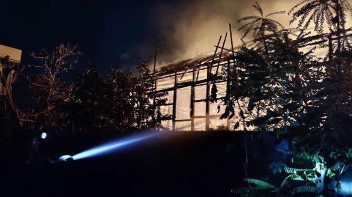 Warga Berhamburan Keluar Rumah, Kebakaran di Lorong Civo Plaju, Hanguskan Rumah Panggung Kayu