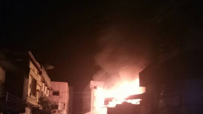 Pemadam Kebakaran Kewalahan Padamkan Api yang Membakar Lima Ruko di Muaradua