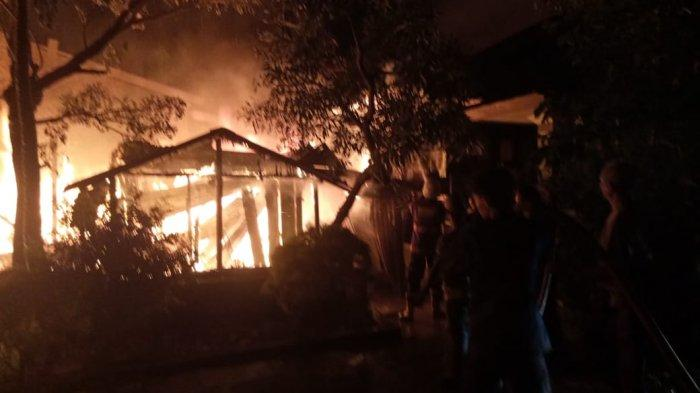 Breaking News: Warga Dobrak Rumah Saat Gadis 17 Tahun Terkunci di Kebakaran 11 Ulu Palembang