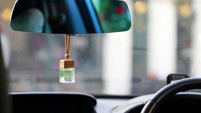 Hentikan Kebiasaan Menggantung Parfum Mobil di Spion Tengah, Ini Bahayanya