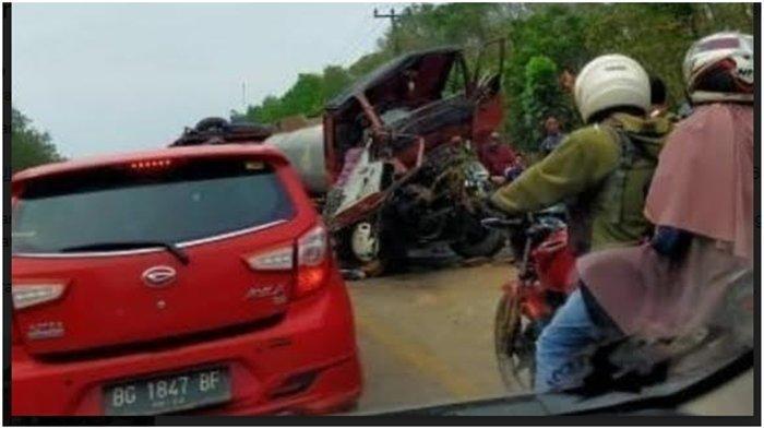 Kronologis Kecelakaan di Jalintim Palembang-Betung,Truk Tangki Tabrak Truk Engkel Box, Masuk Parit