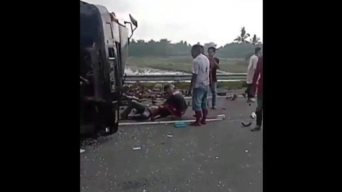 Beredar Video Kecelakaan di Ruas Tol Kayuagung- Palembang, Muatan Tumpah di Jalan