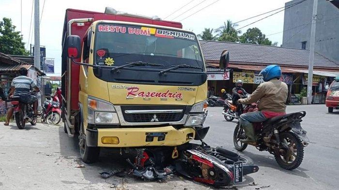 Kecelakaan Tadi Siang, Motor Perawat RSUD Masuk Kolong Truck, Korban Kritis
