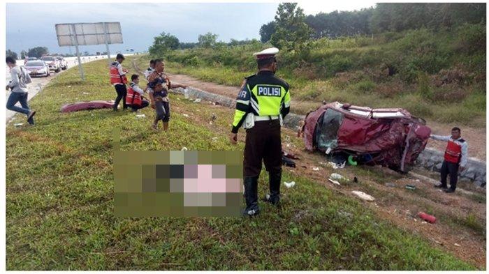 Kecelakaan di Tol Palembang-Lampung, Mobil Warna Merah Terbalik, Tubuh Manusia Bergelimpangan