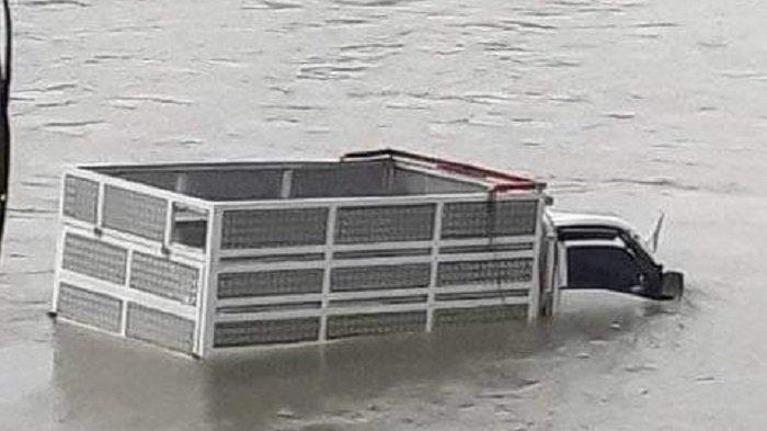 Kecelakaan Minggu Pagi Tadi, Pikap Ditumpangi Ayah dan Anak Terjun ke Sungai Komering