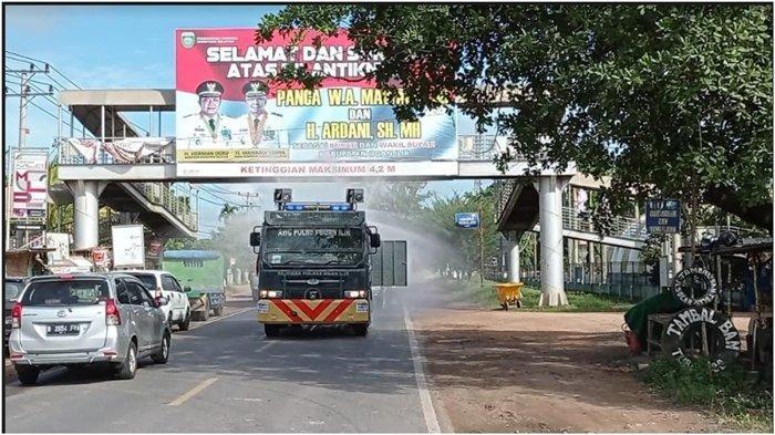 Cegah Penyebaran Covid-19, Polres Ogan Ilir Semprot Disinfektan di Jalanan Indralaya