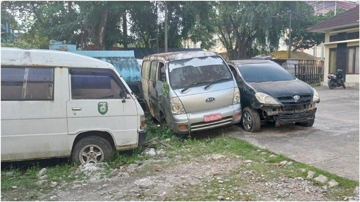 Mangkrak, Puluhan Mobil Dinas Milik Sekretariat DPRD Sumsel Sudah Ditumbuhi Rumput