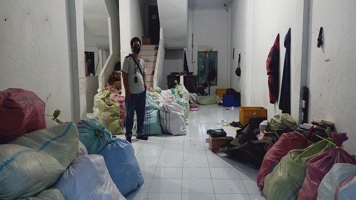 Kurir Kerja Sampai Malam, Paket Pakaian dan Sepatu dari Bandung Banjiri Kayuagung OKI