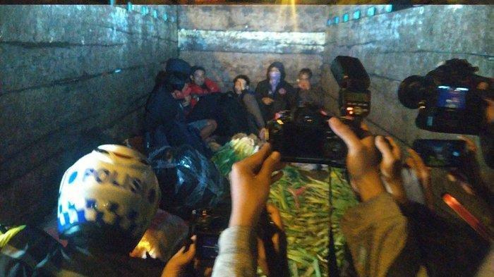 Polisi Amankan Truk Bermuatan 7 Orang Ditumpuk Dengan Sayur Disaat Larangan Mudik, Ngaku Dari Pasar