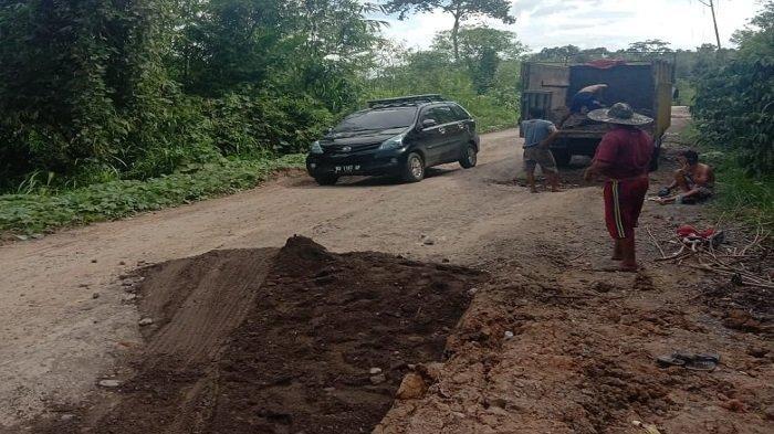 Sopir Truk dan Warga di Empat Lawang Inisiatif Timbun Jalan Penghubung Sumsel-Bengkulu yang Rusak
