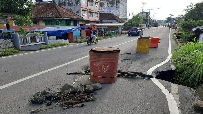 Kerusakan Jalan RE Martadinata Lahat Makin Parah, Pengguna Jalan Diminta Waspada