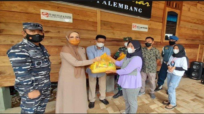 Ketua DPRD Sumsel Hj Anita Noeringhati Bagi Sembako di Kampung Bahari, Ringankan Beban Saat PPKM