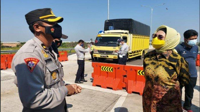 Kabag Ops Polres Ogan Ilir Dampingi Ketua DPRD Sumsel Tinjau Pos Penyekatan Kramasan