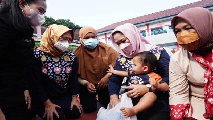 Memperingati hari Kartini yang diperingati setiap tanggal 21 April, Ketua TP PKK Sumsel Feby Deru mengunjungi Lapas Perempuan Palembang di Jalan Merdeka, Kamis (22/04/21) pagi.