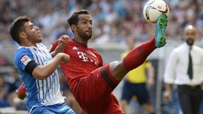 Kevin Volland dan Medhi Benatia berebut bola saat Bayern Muenchen dijamu Hoffenheim, Sabtu (22/8/2015).