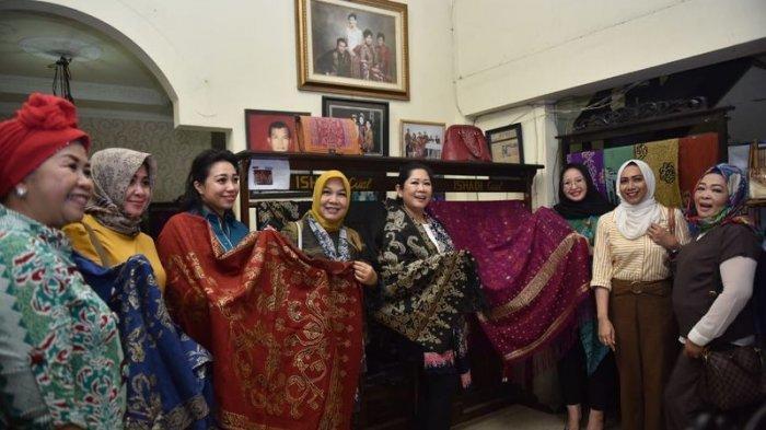 Feby Lihat Langsung Pembuatan Kain Cual di Pangkal Pinang, Bangka Belitung