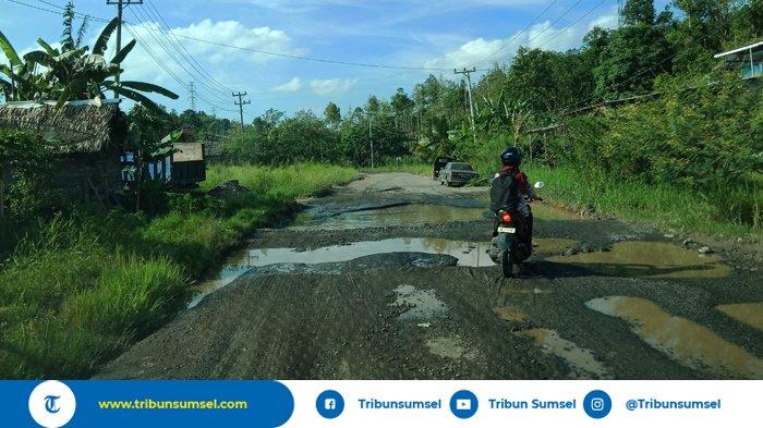 Berlubang dan Tergenang  Air, Jalan Lingkar di Lahat Ini Dikeluhkan Pengendara