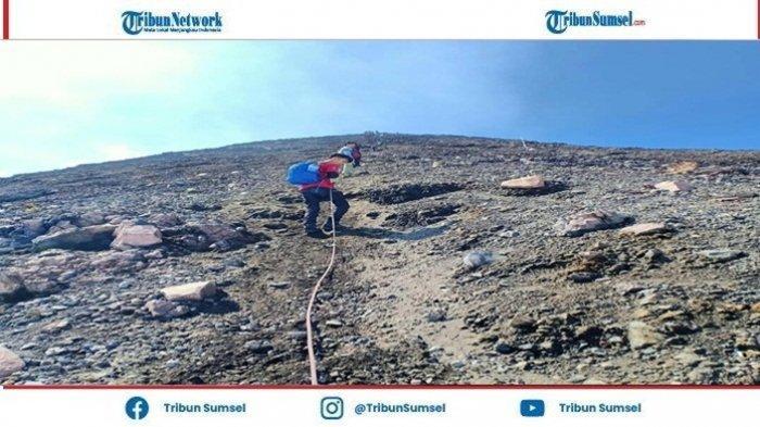 Dengan Terjalnya Medan Gunung lalu berhasil Mencapai Puncak Gunung, Dapat Disimpulkan Sehari-hari Bahwa walaupun Hidup Penuh Rintangan Tapi Bisa Dilewati.