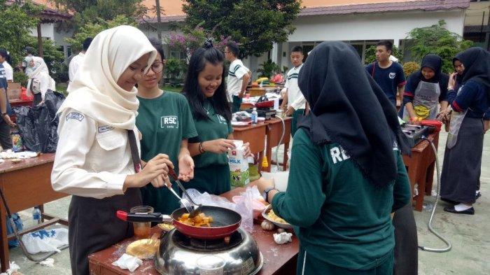 Pelajar SMA Negeri 3 Palembang Adu Ketangkasan Masak Makanan dari Lima Benua